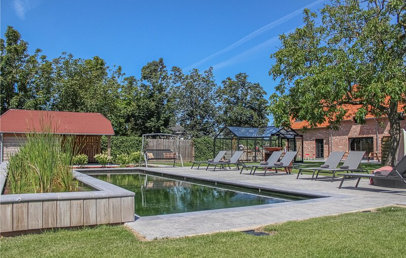 Amazing home in Diksmuide with Outdoor swimming pool, Heated swimming pool and 7, alquiler de vacaciones en Roeselare