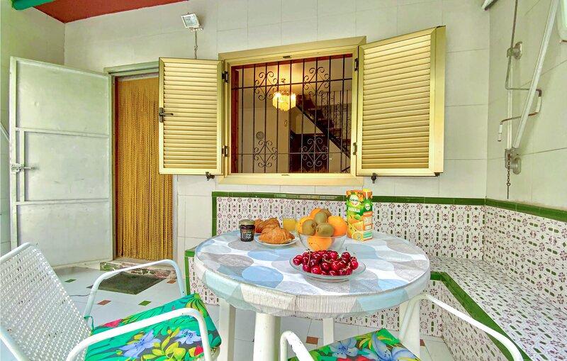 Beautiful home in Los Alcázares with 2 Bedrooms (ECC924), casa vacanza a El Carmoli