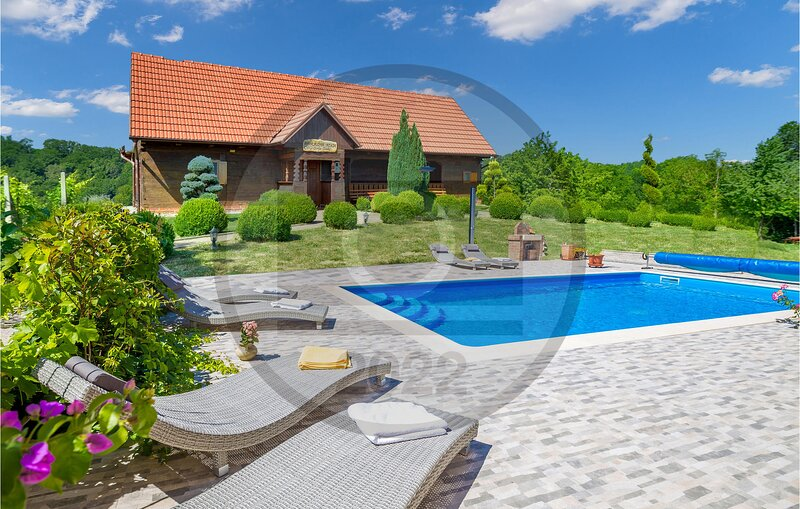 Awesome home in Bedenica with Outdoor swimming pool, WiFi and 3 Bedrooms (CCC197, location de vacances à Sveti Martin