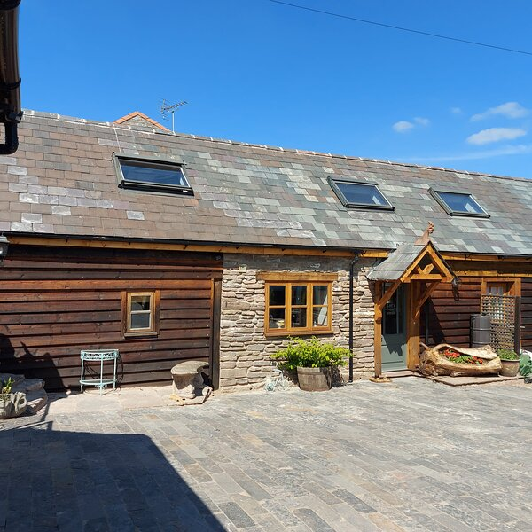 COMFORTABLE VILLAGE HOUSE - HOT TUB - LOCAL AMENITIES, holiday rental in Clehonger