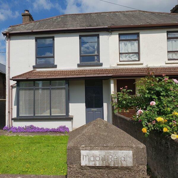 Cork City 4 Bed  sleeps 8 Private Parking, location de vacances à Killavullen