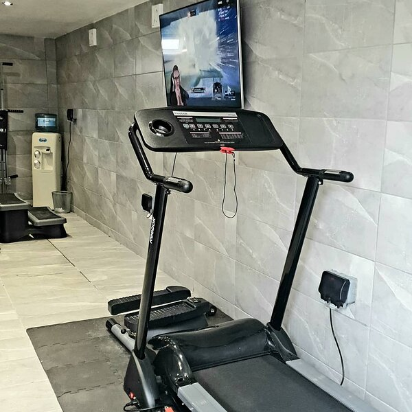 PRIVATE HOT TUB, SAUNA & GYM, ONE BEDROOM APARTMENT LOCATED IN LONDON, vacation rental in Brentwood