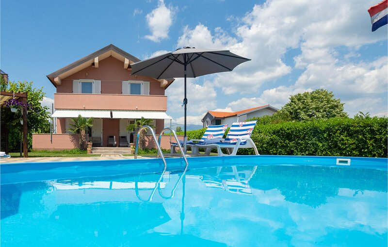 Stunning home in Trilj with WiFi and 4 Bedrooms (CDT751), casa vacanza a Ugljane