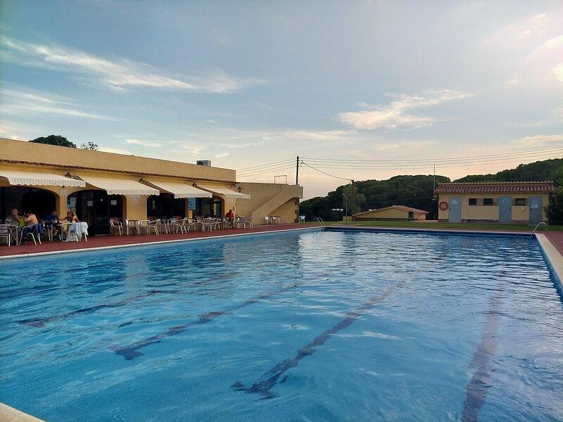 APARTAMENTO CON JARDÍN PRIVADO Y PISCINA COMUNITARIA, holiday rental in Cassa de la Selva