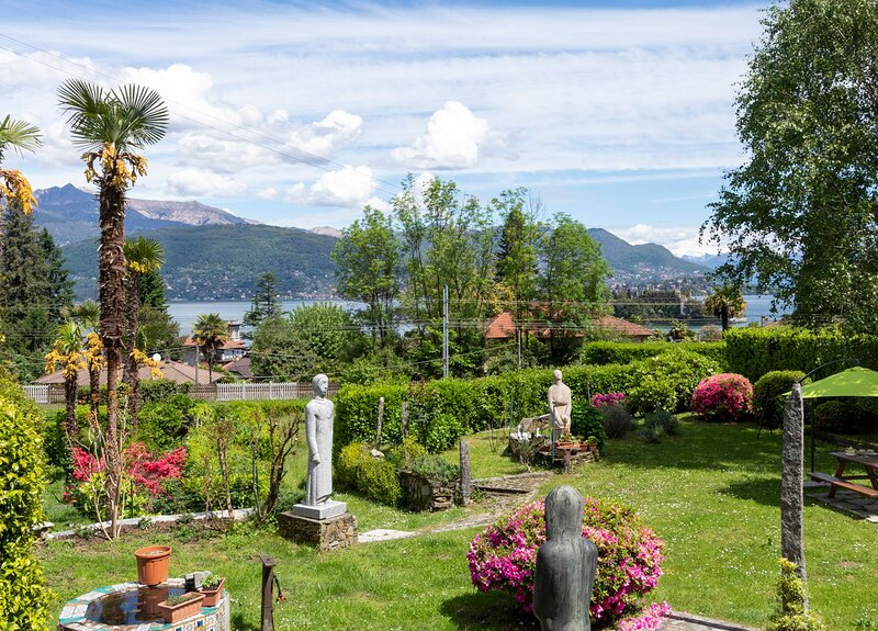 Apartment in chalet overlooking Isola bella, vacation rental in Campino