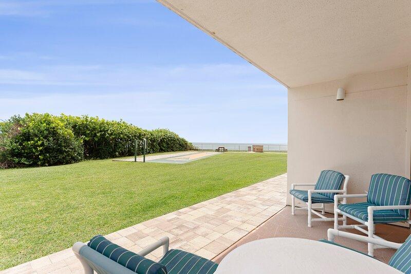 Spacious – Ground floor right on the Beach!, aluguéis de temporada em Suntree