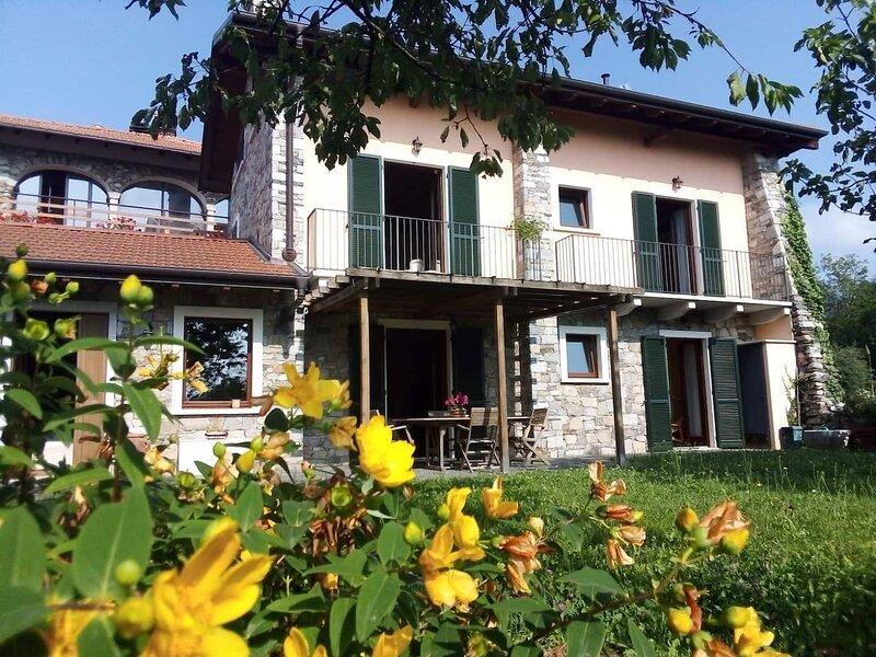 Villa datmosfera e grande giardino sul Lago dOrta, holiday rental in Varallo