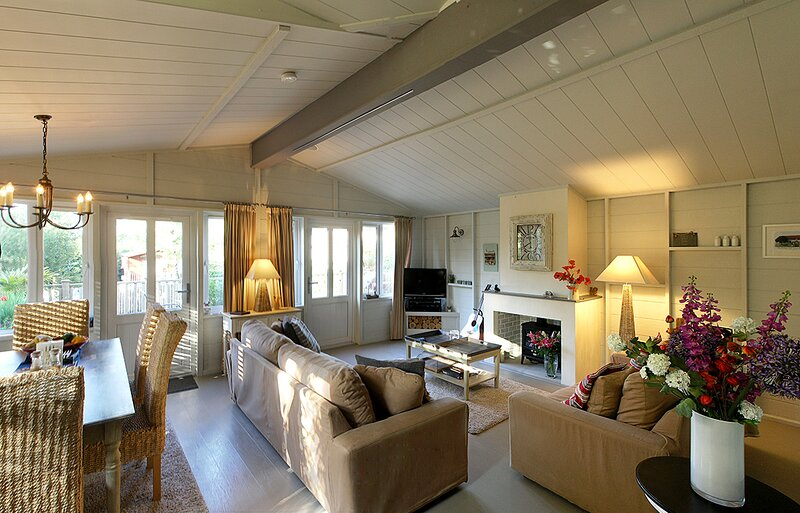 Warmwell holiday lodge with shared indoor pool, beach/lake nearby & internet., vacation rental in Ringstead