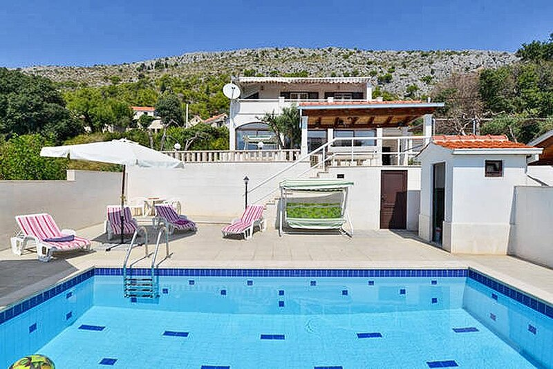 Sumpetar Holiday Home Sleeps 8 with Pool and Air Con - 5465024 – semesterbostad i Krilo