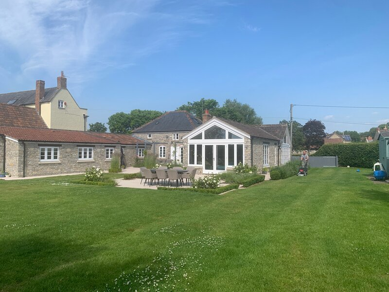 Stylish 5-Bed Coach House in Badgworth, alquiler de vacaciones en Banwell