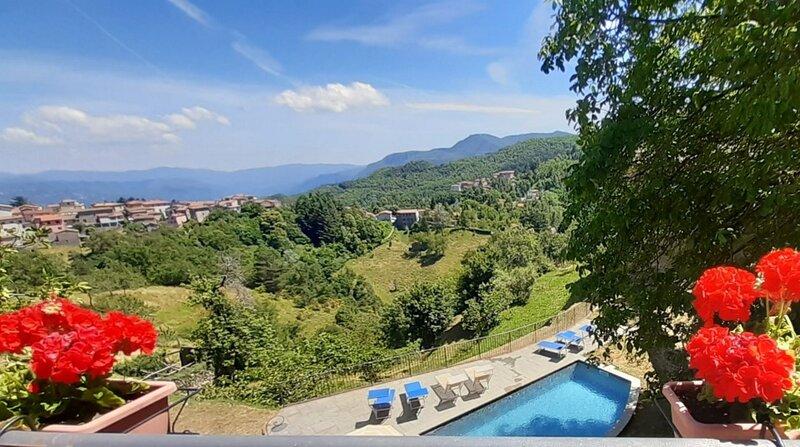 New! Stone farmhouse & cottage, private pool, outstanding views, walk restaurant, aluguéis de temporada em Molazzana