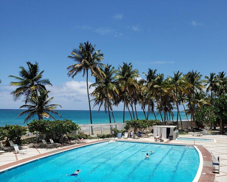 Ocean Breeze POOLSIDE Studio Cabana apartment BEACH ACCESS, alquiler de vacaciones en San Juan