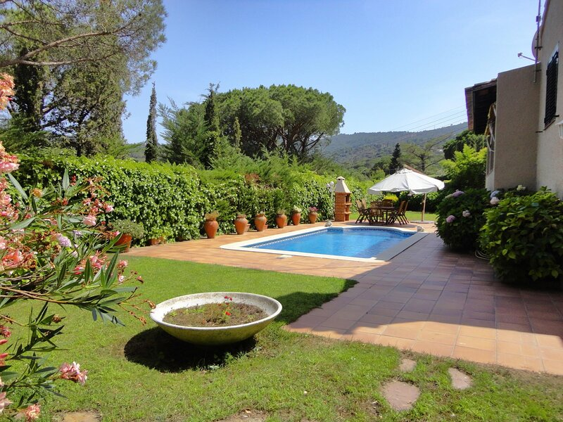 VILLA GOLF- WITH PIVATE POOL AND GARDEN, WIFI, PARKING, holiday rental in Solius