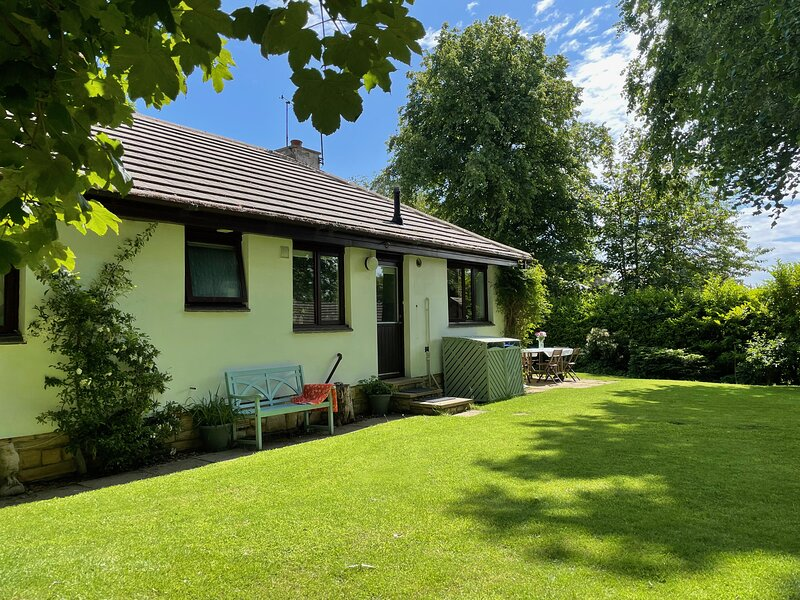 Midwood Lodge with woodland garden, treehouse, parking, 5 mins walk to beach, vacation rental in Longhoughton