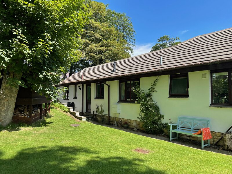 Midwood Cottage with woodland garden, treehouse, parking, 5 mins walk to beach, vacation rental in Longhoughton