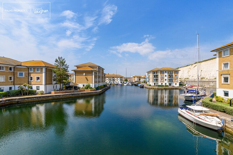 Water views, balcony and a quite location within Brighton Marina. Free parking!, location de vacances à Brighton and Hove