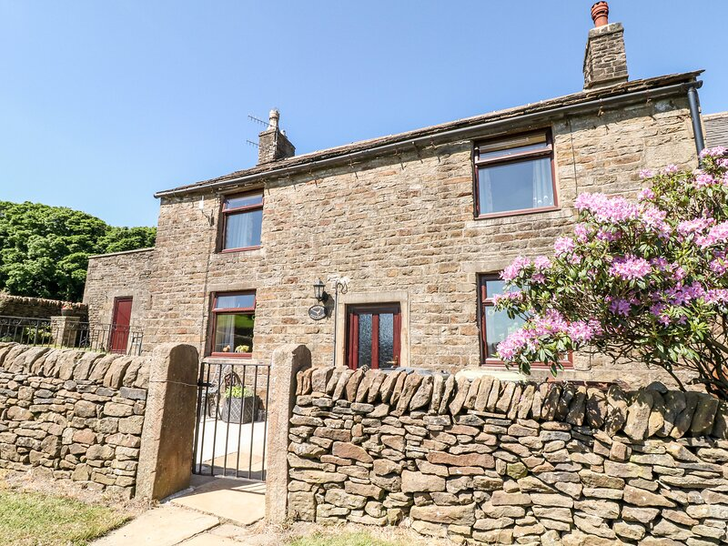 SLACK HALL, open-plan, countryside, enclosed gardens, in Chapel-en-le-Frith, holiday rental in Edale