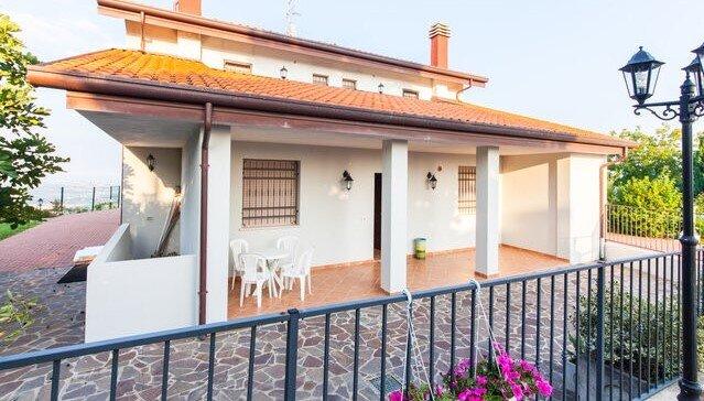 Villa con piscina e vista panoramica, holiday rental in Albereto