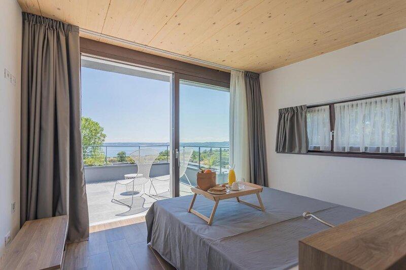Insula Felix - Deluxe Double Room with Balcony and Sea View, holiday rental in Moniga del Garda