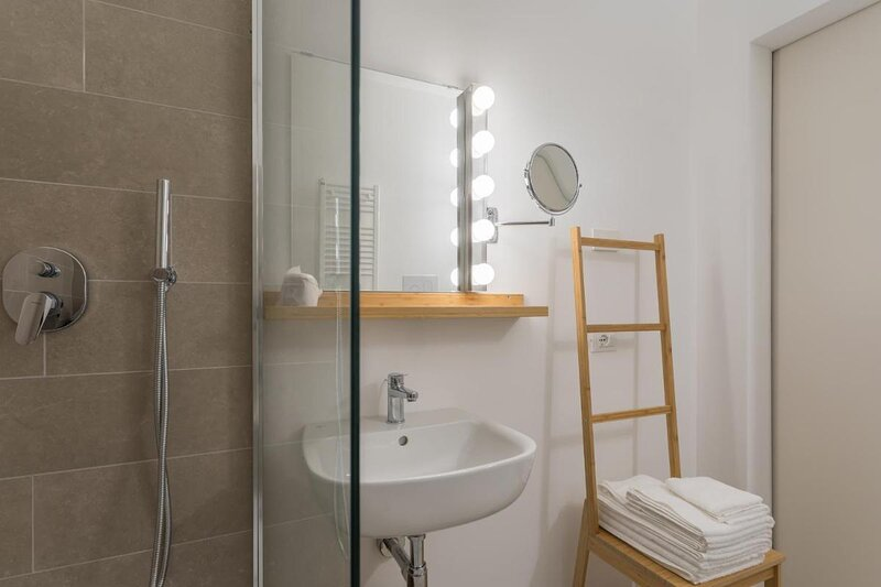 Insula Felix - Deluxe Double or Twin Room with Lake View, holiday rental in Moniga del Garda
