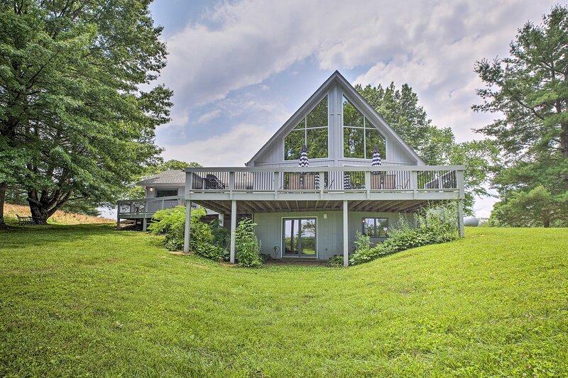 NEW! Lake Cumberland Home w/ Deck + Water Access!, alquiler vacacional en Bronston