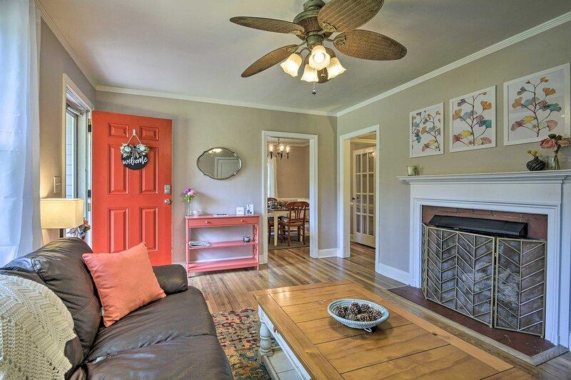 NEW! Bright Home w/ Yard in Historic Fuquay-Varina, casa vacanza a Lillington