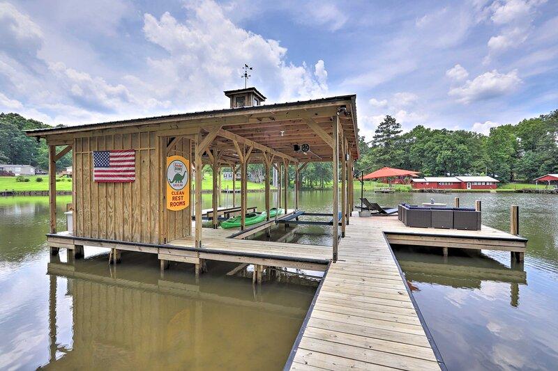 NEW! Lake Sinclair House w/ Lake Access & Kayaks!, alquiler de vacaciones en Haddock