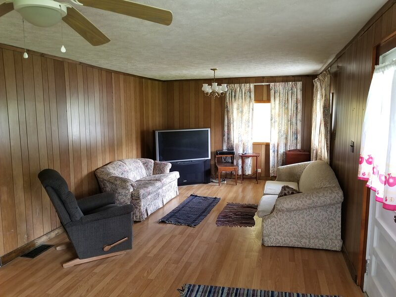 The Country Roads Cottage close to State Parks and WVU, holiday rental in Hopwood