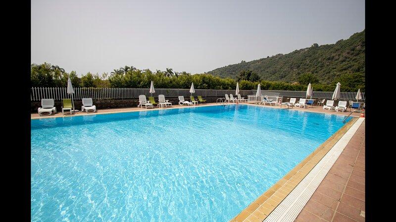 Appartamento open-space arredato e vicino al mare ed a punti commerciali, holiday rental in Pennisi