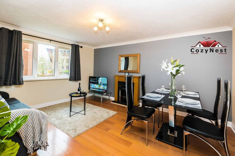 Central 2 Bed Apartment with Parking by CozyNest, holiday rental in Shiplake