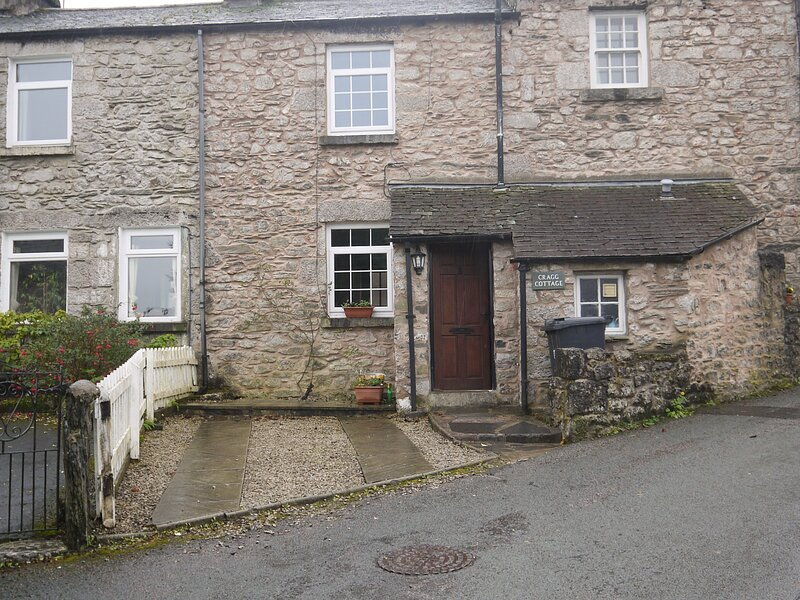 CRAGG COTTAGE, stone cottage, woodburner, patio, close pub in Lindale Ref 18424, vacation rental in Lindale