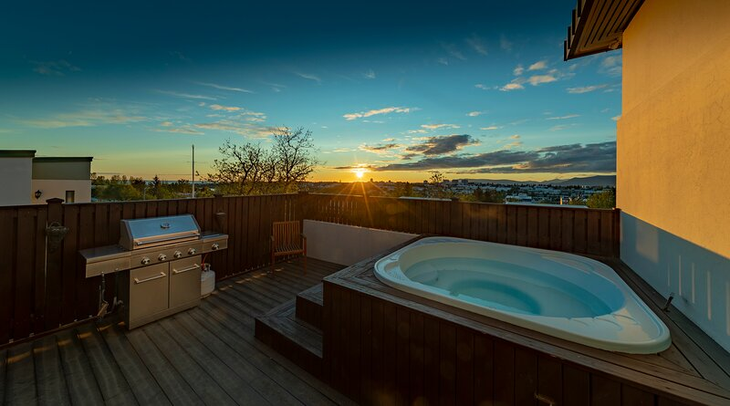 SJF Villa, Hot Tub & Outdoor Sauna amazing mountains view-15 min from downtown, holiday rental in Capital Region