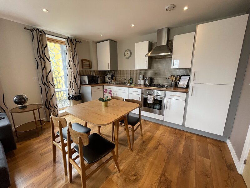 Luxury Central MK Apartment with Free Parking, Balcony and Smart TV with Netflix, holiday rental in Newport Pagnell