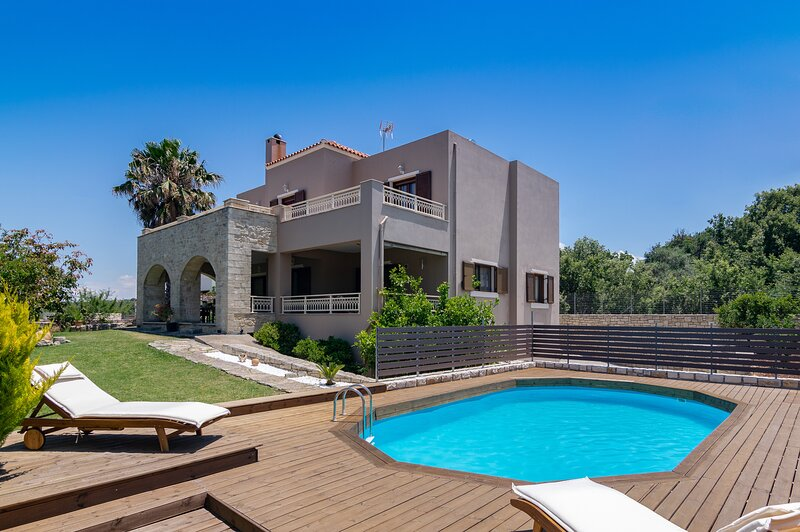 Beautiful spacious villa for 8, Near taverns & mini markets, Ideal for families, holiday rental in Gonia
