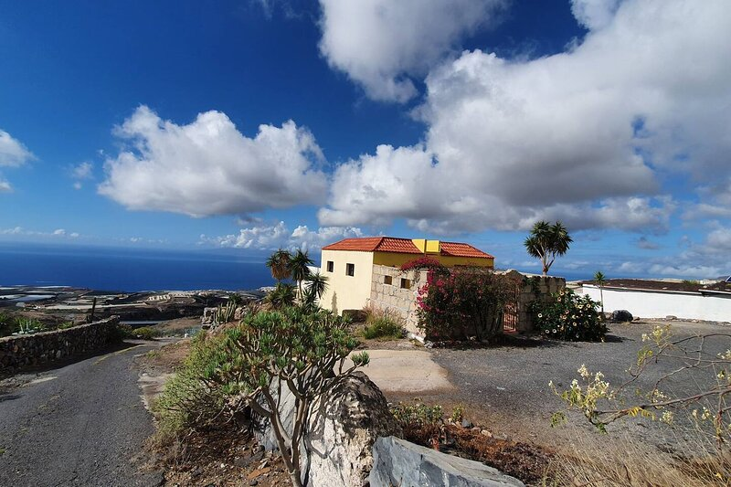 Impeccable 2-Bed House in Guía de Isora, holiday rental in Chirche