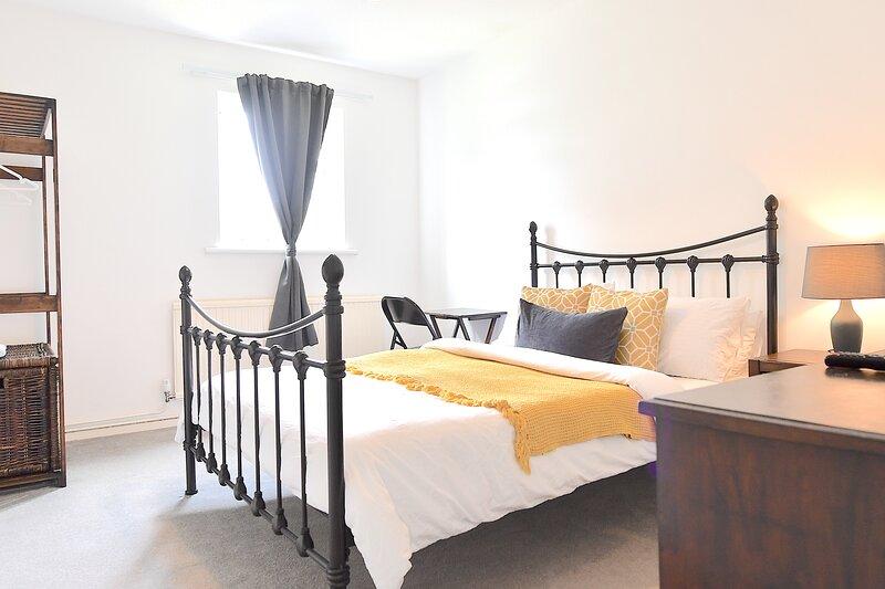 Modern double room in stylish apartment, location de vacances à Hampton