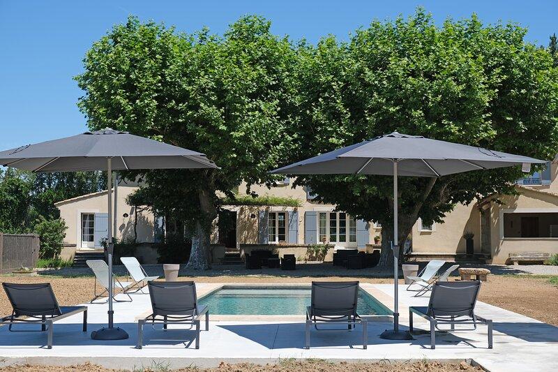 LS2-376 Superbe mas avec piscine au pied du Luberon, 10 personnes, holiday rental in Cavaillon