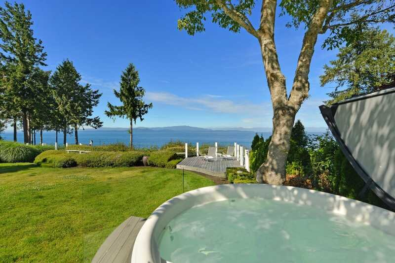 Parksville 3 Bedroom Oceanfront Estate With Hot Tub, holiday rental in Errington