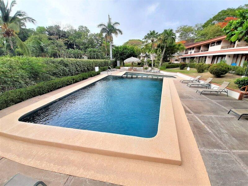 Playa Flamingo 2 Master Bedroom Condo Villas Flamingo 2 minute walk to Beach!, vacation rental in Playa Flamingo