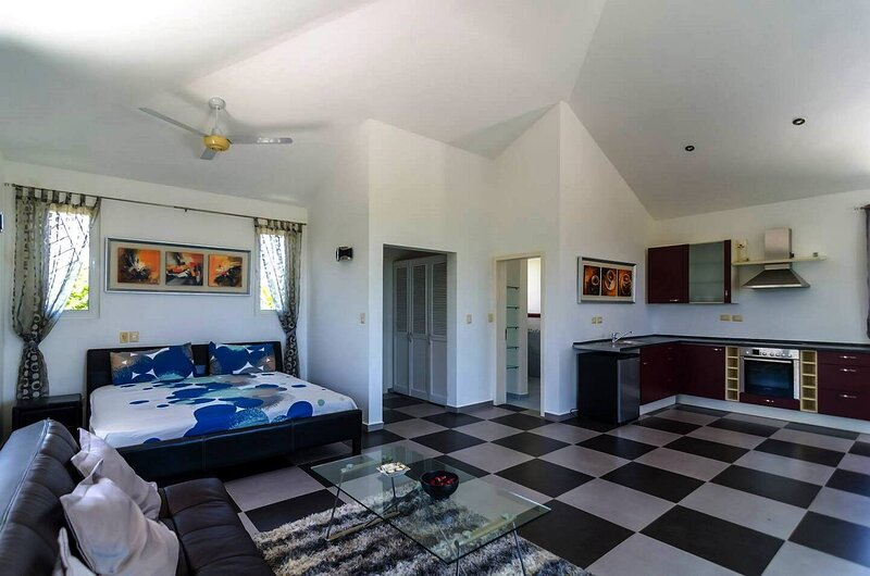 Quiet retreat in lush tropical scenery, holiday rental in Espaillat Province