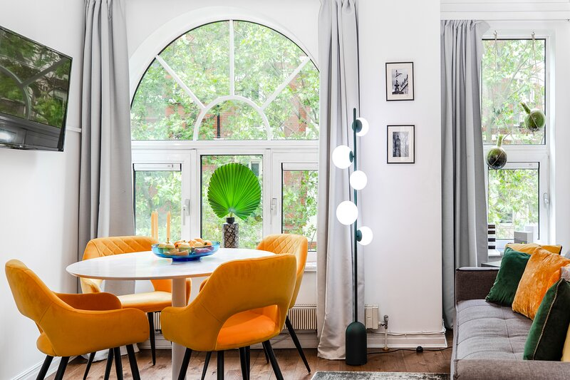 BRILLIANT QUIET DESIGN ESCAPE LEICESTER SQ. w/LIFT, vacation rental in London
