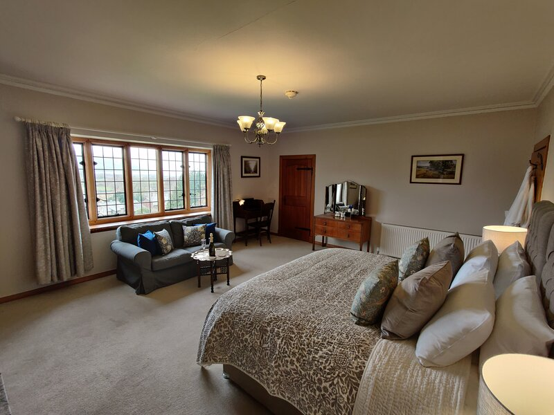 Embercombe room within Bossington Hall Luxury Bed and Breakfast, alquiler vacacional en Holnicote