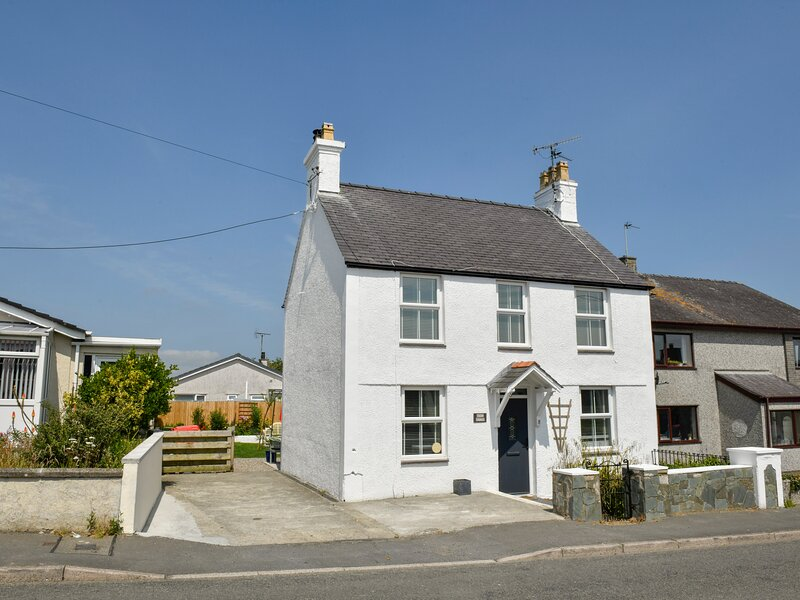 MONA HOUSE, detached, WiFi, garden with furniture, pet-friendly, near, holiday rental in Bodedern