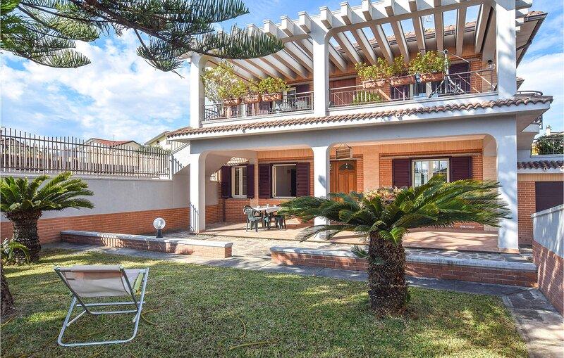 Amazing apartment in Davoli Marina with WiFi and 2 Bedrooms (IKK560), alquiler vacacional en Davoli