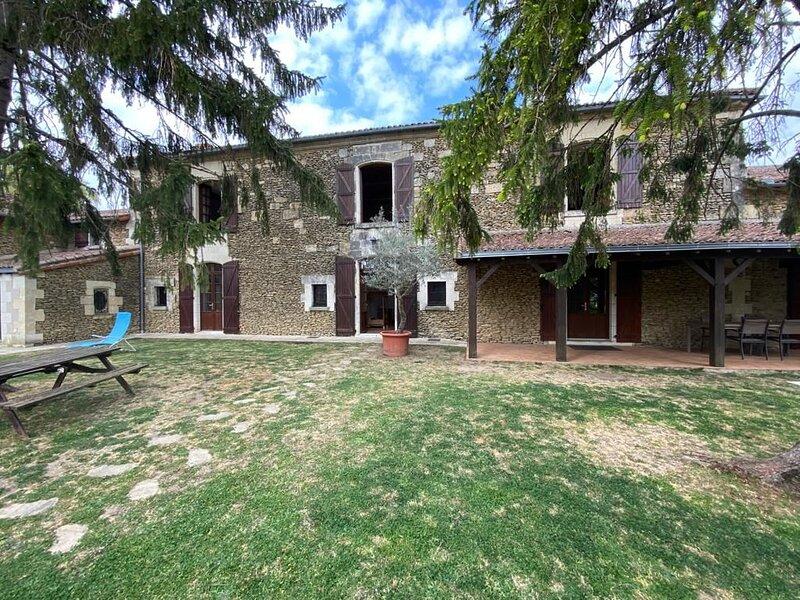 Amazing house with garden & terrace, location de vacances à Ternay