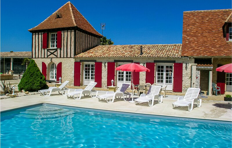 Nice home in Gardonne with Outdoor swimming pool and 4 Bedrooms (FAD421), holiday rental in Le Fleix