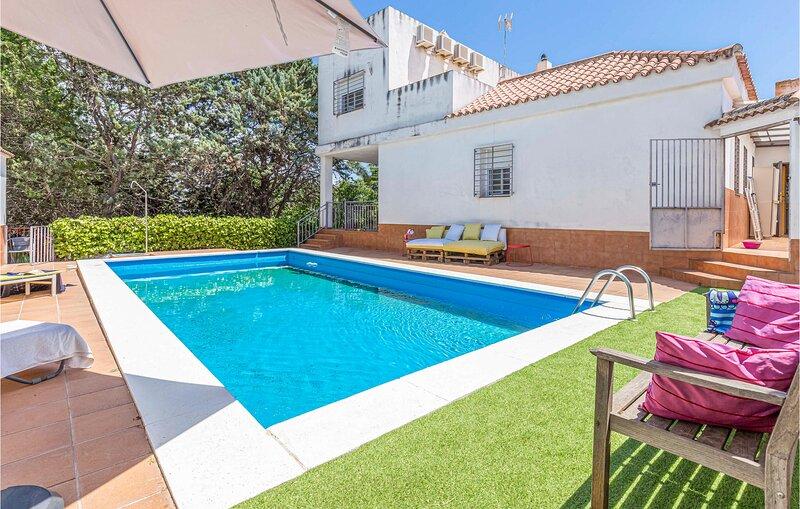 Beautiful home in Las Pajanosas with Outdoor swimming pool, WiFi and 4 Bedrooms, aluguéis de temporada em Castilblanco de los Arroyos