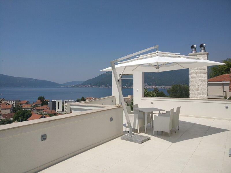 Luxury Penthouse sea view pool  IVY HOUSE  Tivat, alquiler de vacaciones en Tivat