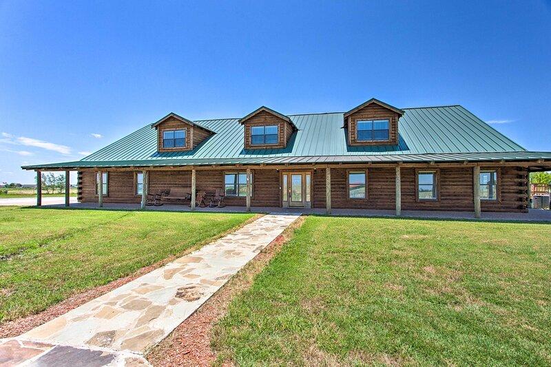 NEW! 11-Acre Log Cabin: Hot Tub & Sand Volleyball!, casa vacanza a Denton