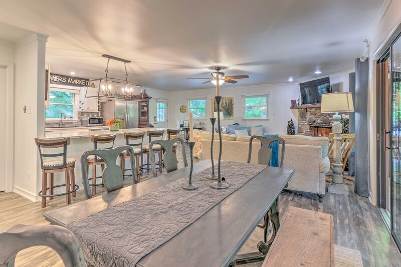 Beautiful Connestee Falls Home w/ Porch in Brevard, holiday rental in Cedar Mountain